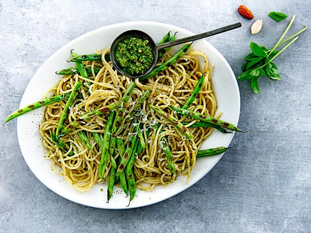Spaghetti met gegrilde sperziebonen en amandelpesto