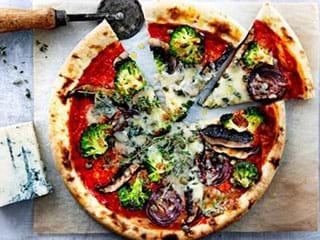 Pizza met gegrilde groenten en gorgonzola