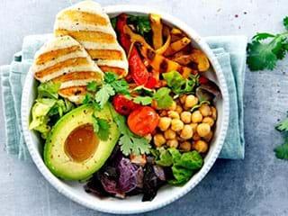 Poke bowl met gegrilde halloumi en avocado